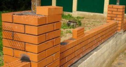 Делаем ограду со столбами из кирпича на ленточном основании