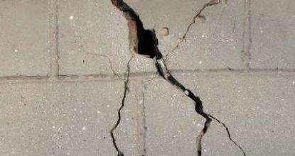 Откуда трещина в кирпичной стене и что делать в этом случае?