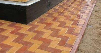 Как организовать устройство отмостки вокруг дома из тротуарной плитки или брусчатки